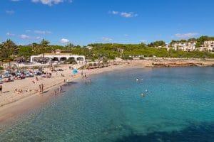 Ansicht der Bucht von Cala Murada mit Strand