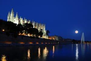 Blick über den Parc de Mar auf die Kathedrale La Seu im Mondschein