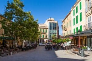 Ein sonniger Tag in Mancor auf dem Placa de Sa Bassa