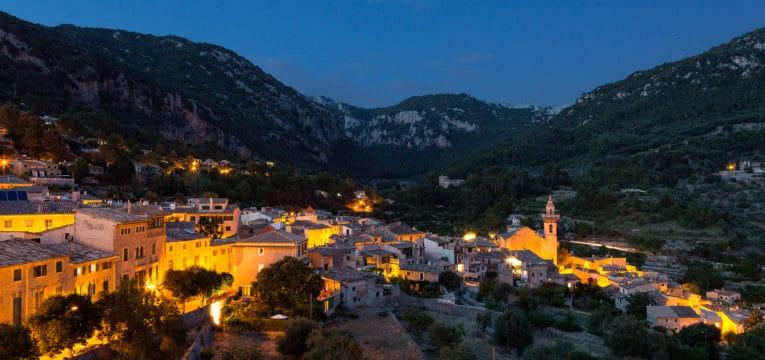 Blick auf Valdemossa auf Mallorca im Abendlicht
