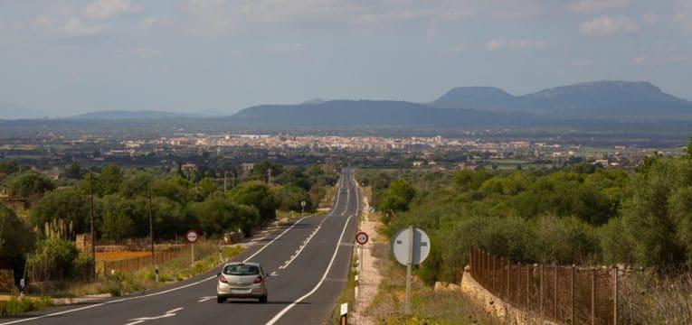 Blick auf Campos auf der Strasse von Santanyí
