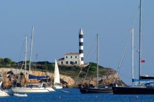 Blick auf die Hafenausfahrt von Portocolom mit Leuchtturm