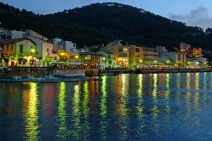 Blick auf die Hafenpromenade von Port d'Andratx am Abend