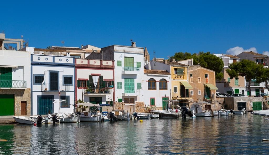 Blick auf den alten Hafen von Portocolom