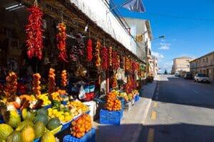 Gemüseladen auf der Hauptstraße in Vilafranca