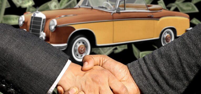 Handschlag beim Autokauf