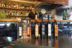 Bar im Can Perello mit Pedro und dem Wein Vidauba aus Felanitx