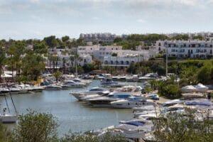 Blick auf den Hafen von Cala d'Or an der Süd-Ostküste von Mallorca