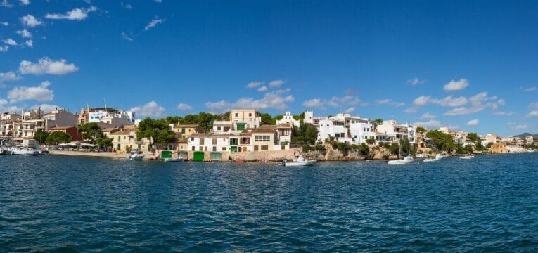 Blick in die Bucht und den Hafen von Portopetro