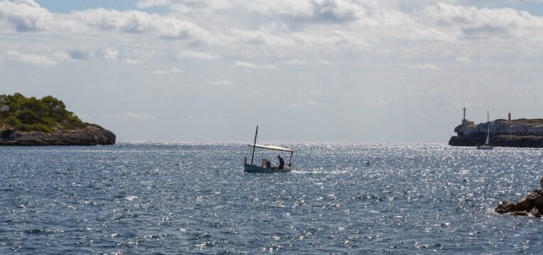 Blick auf die Hafeneinfahrt von Portopetro auf Mallorca