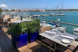 Terrasse des Restaurants Sa Llotja mit Blick auf den Hafen von Portocolom