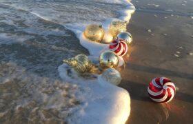 Weihnachtskugeln am Strand