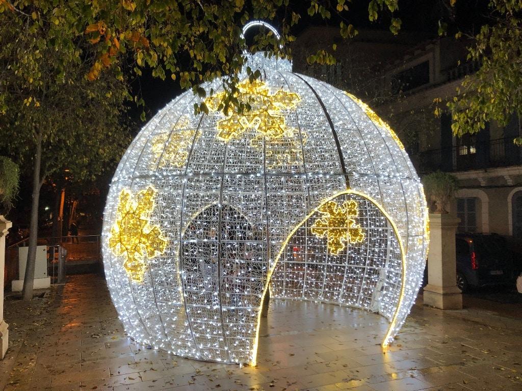 Christbaumkugel als Weihnachtsbeleuchtung 2020 in Manacor