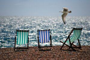 Liegestühle und Sonne am Meer