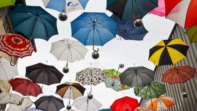 Regenschirme in der Luft