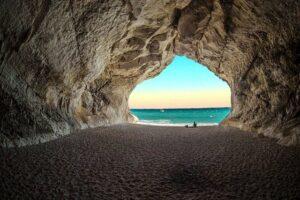 Blick aus dem Tunnel auf Strand und Meer